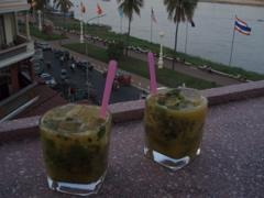 Passionsfrugt-mynte-cocktails på FCCs tagterrasse ved flodbredden i Phnom Pehn
